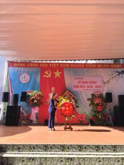 Bà : Nguyễn Thị Kim Hồng – Huyện Uỷ viên -bí thư  Đảng Ủy  thị trấn Liên Nghĩa đánh trống khai trường