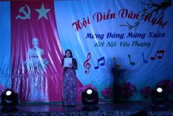 Bà Hoàng Thị Hoa Hồng - Hiệu trưởng nhà trường lên phát biểu khai mạc đêm nhạc hội